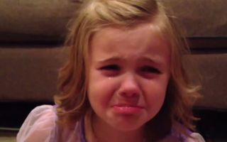VIDEO: Reacția adorabilă a unei fetițe după ce își vede tăticul fără barbă