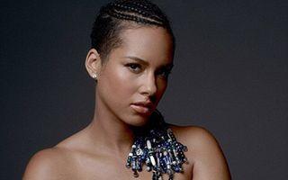 Un mesaj puternic: Alicia Keys a pozat dezbrăcată, cu semnul păcii pe burtica de gravidă
