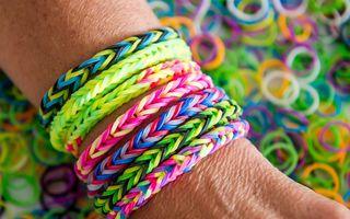 Brăţările Rainbow Loom, un hobby la modă printre adolescenţi. Cele falsificate pot fi cancerigene