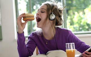 VIDEO: Cum să mănânci un burger fără să te murdăreşti