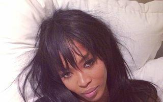 Noul Ice Bucket: Naomi Campbell s-a pozat dimineața, în pat, după ce s-a trezit