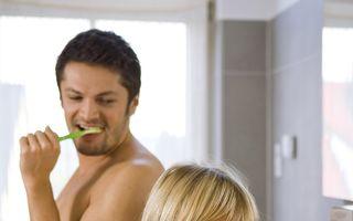 Mituri despre igiena orală: Ajută fructele mâncate înainte de culcare la curăţarea dinţilor?