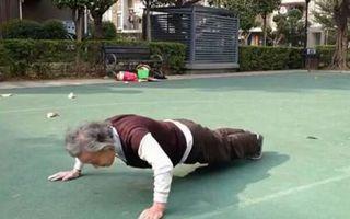 Șocant: O femeie de 81 de ani face peste 100 de flotări în 5 minute!
