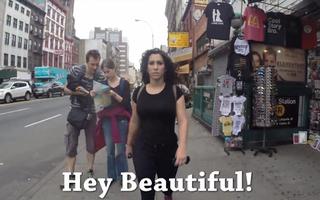 VIDEO: Ce pățește o tânără care merge pe stradă în New York