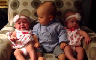 VIDEO: Reacția unui bebeluş când îşi întâlneşte cele două surori gemene