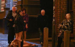 Imaginile dezmățului: Sute de englezoaice au întâmpinat noul an cu o beție cruntă