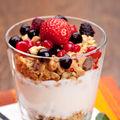 Cu ce să combini iaurtul ca să nu te îngraşi şi să ţină de foame