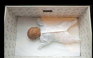 VIDEO: De ce dorm bebeluşii finlandezi în cutii de carton