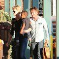 Sean Penn vrea să-l adopte pe fiul actriţei Charlize Theron