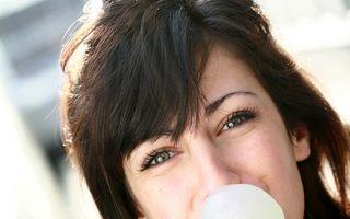 Guma de mestecat, la fel de eficientă ca aţa dentară