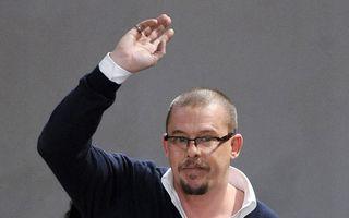 Alexander McQueen plănuia să-și tragă în glonț în cap pe scenă