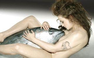 Helena Bonham Carter, pictorial șocant: A pozat goală alături de un ton uriaş!