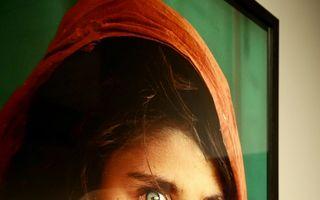 """""""Fata afgană"""" apărută pe coperta National Geographic, implicată într-un caz de falsificare de acte"""