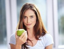 Ai grijă ce mănânci: Lista fructelor şi legumelor care conţin cele mai multe pesticide