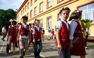 """Serbare odioasă la o şcoală din Constanţa: Copii de opt-nouă ani, """"decapitaţi"""" de un """"călău"""" - VIDEO"""