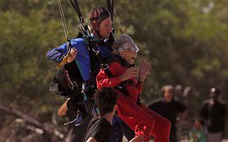 VIDEO: O femeie din Africa de Sud a sărit cu paraşuta la 100 de ani