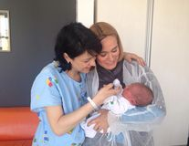 5 vedete din România fotografiate cu copiii în braţe imediat după ce i-au născut