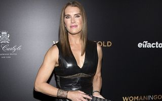 Frumuseţea sfidează timpul: Brooke Shields arată senzaţional la 49 de ani