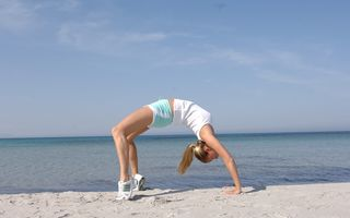 Sfatul medicului: Apa şi nisipul rece de la mare pot provoca dureri de spate