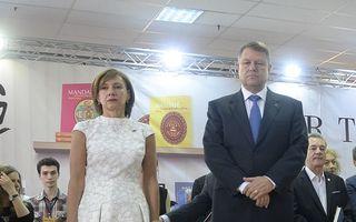 Carmen Iohannis, vedeta târgului Bookfest, într-o ţinută de peste 3.000 de euro