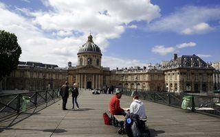 """""""Lacătele iubirii"""" de pe Podul Artelor din Paris, înlocuite cu elemente romantice de street art"""