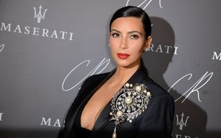 Kim Kardashian va avea prima statuie de ceară din lume care face selfie-uri
