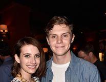 Emma Roberts s-a despărţit de Evan Peters