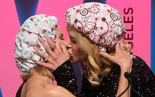 Scenă fierbinte cu două blonde celebre: Naomi Watts şi Nicole Kidman, sărut pasional în văzul lumii