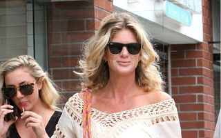 Frumuseţe la vârsta a doua: Rachel Hunter, o mamă care arată bine la 45 de ani