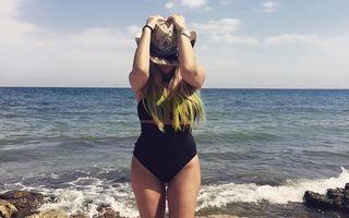 Delia, poză sexy pe plajă