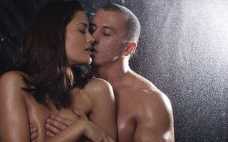 Sex sub duş. Reguli şi precauţii ca să aveţi o partidă de amor reuşită