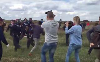 VIDEO: O jurnalistă din Ungaria, concediată după ce a lovit refugiaţi