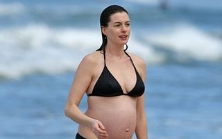 Anne Hathaway, primele imagini cu burtica de gravidă