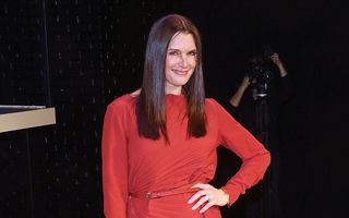 Lady in red. Brooke Shields, fabuloasă la 50 de ani