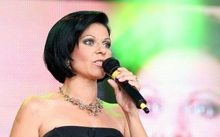"""Elena Cârstea """"o înţeapă"""" pe Mihaela Rădulescu: """"Decolteul meu nu e de plastic"""""""