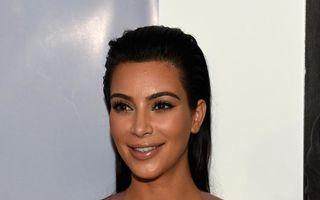 Kim Kardashian îşi lipeşte sânii cu bandă adezivă pentru un decolteu perfect