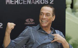 Van Damme munceşte la Bâlea Lac! Face o nouă reclamă la bere, dar filmează pe o banană gonflabilă