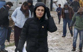 Angelina Jolie a înfruntat noroiul şi ploaia pentru a-i ajuta pe refugiaţi