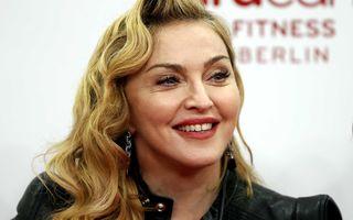 Madonna a dezbrăcat o fană pe scenă. Fata era minoră