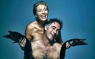 Emma Thompson şi Greg Wise au pozat dezbrăcaţi cu doi peşti morţi