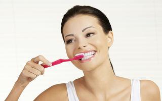 Tu ştii să te speli corect pe dinţi? 8 greşeli pe care le-ai putea face