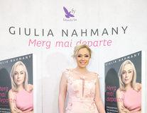 """Giulia Nahmany a lansat cartea """"Merg mai departe - mai puternica, mai sanatoasa, mai fericita"""""""