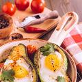 Ou în avocado la cuptor. Descoperă o metodă nouă ca să foloseşti fructul de avocado!