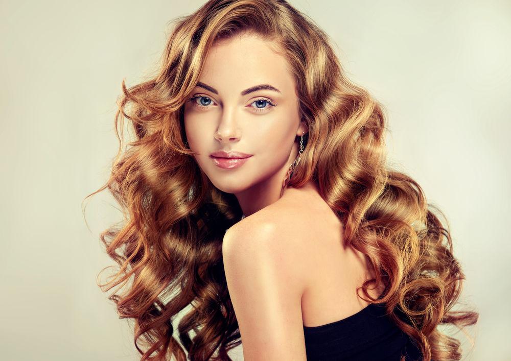 Femeie cu păr ondulat