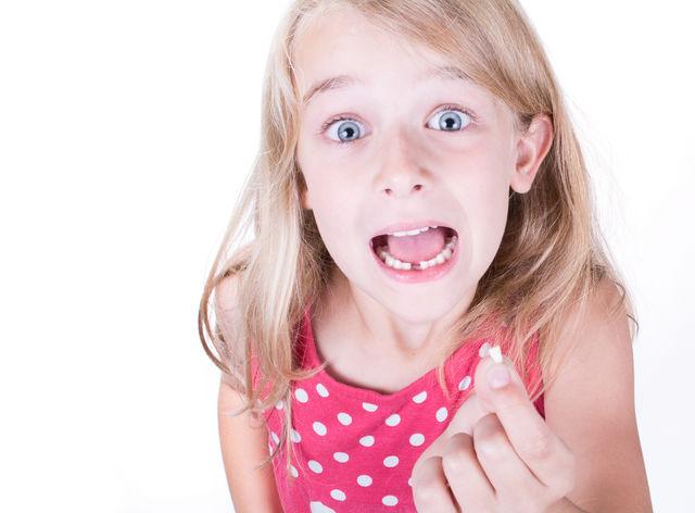 Fetita cu un dinte cariat