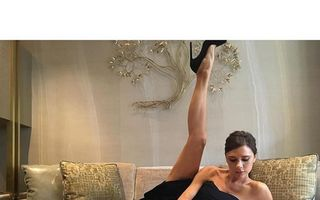 De ce apare Victoria Beckham pe Instagram cu piciorul ridicat?