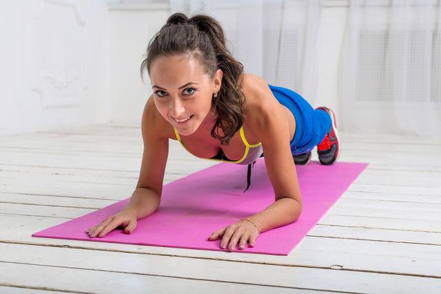 Femeie care executa corect exercitiul plansa sau plank