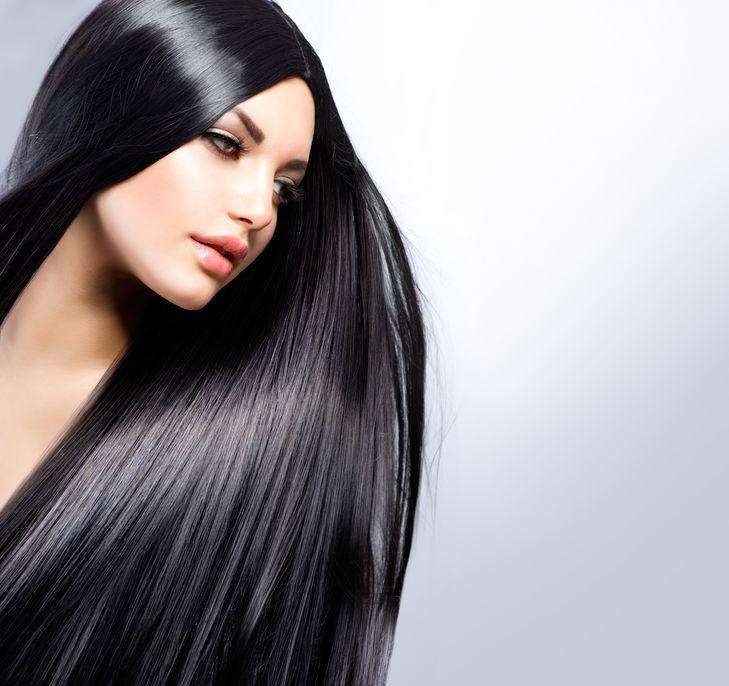Femeie cu părul lung negru