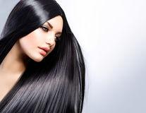 Părul gras. 8 cauze şi soluţii. Descoperă remediile!