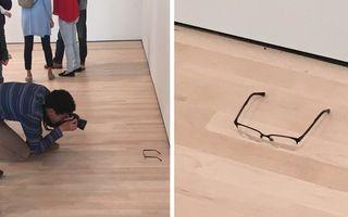 Efectul neașteptat al unor ochelari puși pe podeaua unui muzeu: Oamenii se înghesuie să-i vadă!